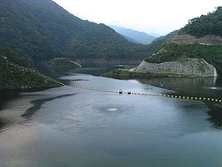 左岸展望台よりダム湖を望む