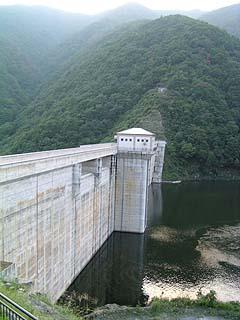 左岸展望台より堤体(ダム湖側)を望む