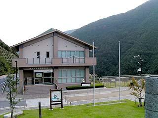 左岸展望台より管理所(姉川ふれあいプラザ)を望む
