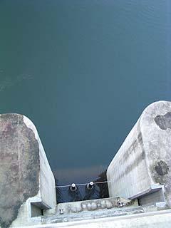 天端よりオリフィスへ通じる取水口を望む