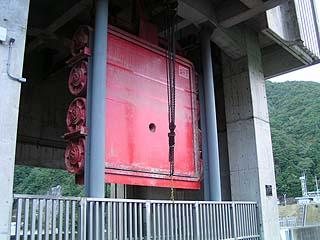 取水塔の多段ゲートを望む