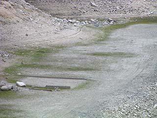 天端よりダム湖底の住居(?)跡を望む