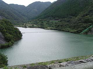 天端よりダム湖を眺める