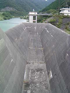 非常用洪水吐(ダム湖側)を望む