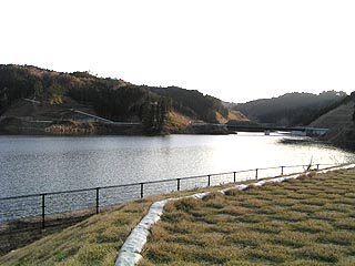 左岸の縄文住居跡の高台よりダム湖を望む