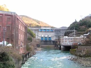 下流に架かる橋より堤体を望む