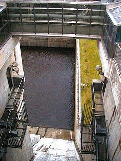 堤体よりゲート直下を望む