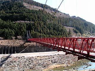 右岸より吊橋を望む