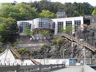 天端より井川電力館を望む