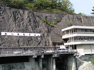 右岸法面に白く映えるダム銘板