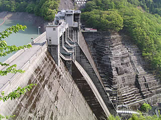 井川電力館より堤体を望む