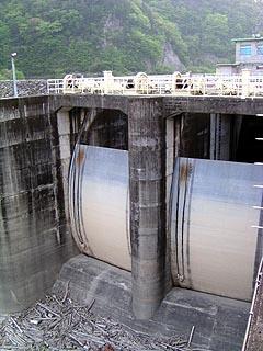 越流防止用のクレストゲートが2門