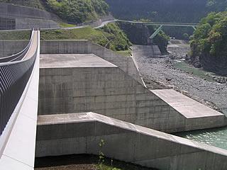 飛沫橋より副ダムを望む