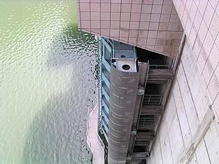 天端より常用洪水吐のゲートを望む