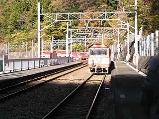 長島ダム駅ホームよりアプト式鉄道を望む