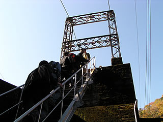 吊り橋へと続く階段を登る一行