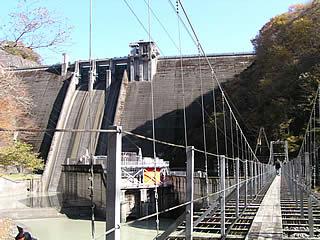 吊り橋と堤体
