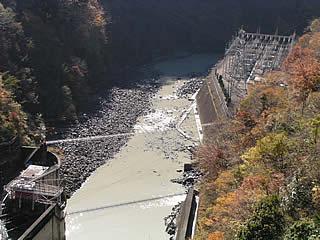 右岸道路より堤体直下の吊り橋を望む