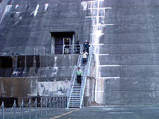 堤体直下へと続く階段