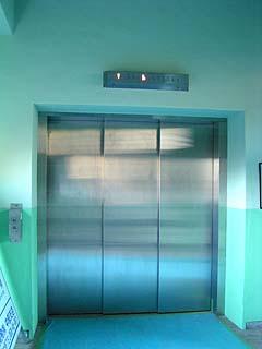 直下へ通じるエレベーター