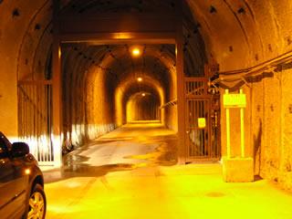 堤体へと続くトンネル