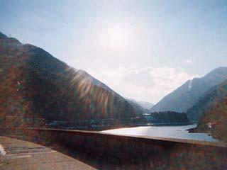 左岸よりダム湖を望む(逆光御免)