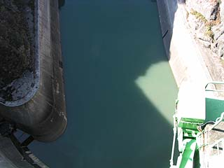 天端より堤体下流側直下を望む