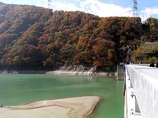 天端(右岸)より堤体ダム湖側を望む