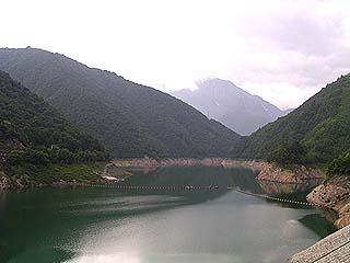 堤体よりダム湖を望む