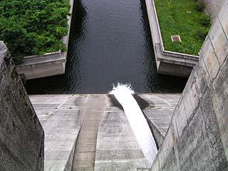 堤体より放水路を見る