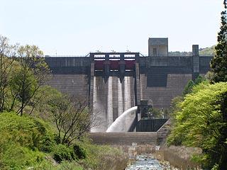 下流に位置する香恋の里の橋より堤体を望む