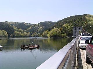 堤体(右岸)よりダム湖を望む