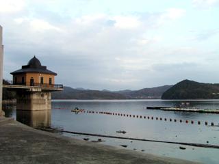 ゲートよりダム湖を望む