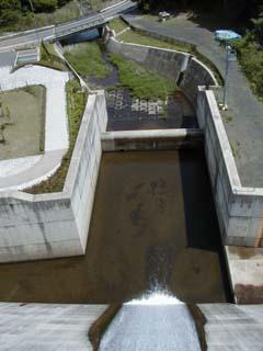 堤頂より洪水吐を望む