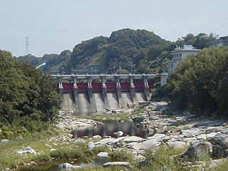 下流の人道橋より堤体を望む