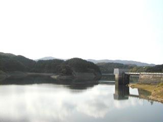 堤体からダム湖を望む