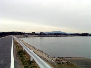天端左岸よりダム湖を望む