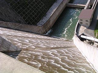 堤体より洪水吐を望む