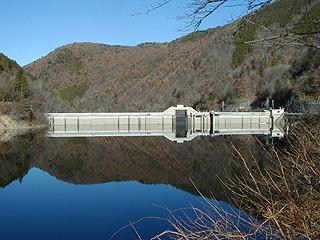 ダム管理所より堤体を望む