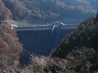 秋神トンネル西出入口より堤体を望む