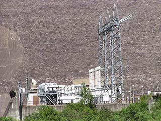 左岸下流側より発電施設を望む