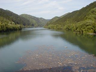 堤体より上流(ダム湖)を望む