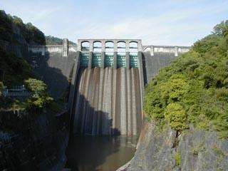 下流の吊橋より堤体を望む
