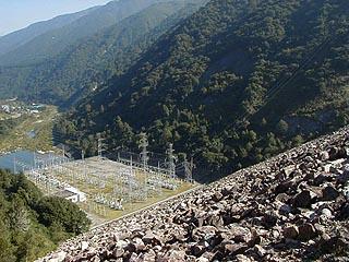堤体より発電施設を望む