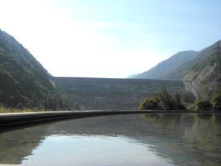 下流のダムサイドパークより堤体を望む