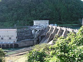 右岸下流側より堤体・魚道・発電所を望む