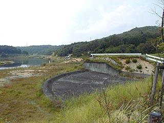 堤体(?)よりダム湖を望む