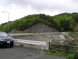 左岸より堤体ダム湖側を望む