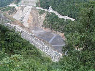右岸下流側より建設中の堤体を望む