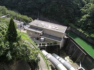 天端より発電施設を望む